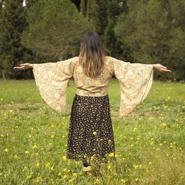 """""""La práctica de la meditación no se trata de intentar mirar hacia otro lugar, para convertirte en algo mejor. Se trata de hacerse amigo/a de lo que ya somos"""". Pena Chödrön. . A veces hay que parar y mirar también aquello no nos gusta o nos hace sentir mal, reconocerlo y validarlo, es el primer paso para motivarnos al cambio con autocompasión. . Cambio en mí, para cambiar el mundo. .  Seguimos sembrando calma y amabilidad en educación. . Niños y niñas del mundo, os tengo presente. ❤️🤗🌱 . #mindfulnessycompasion #nuevarealidad #meditacion #compassion #presente"""