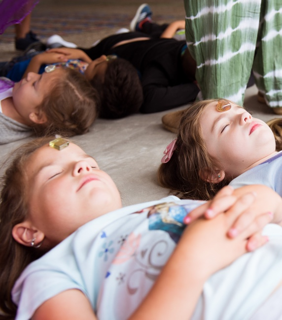 niños practicando mindfulness